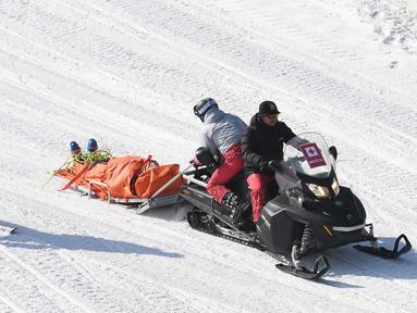 Atlet ski asal Kanada, Christopher Delbosco saat dievakuasi oleh tim medis setelah mengalami cedera saat perlombaanski 1/8 akhir pertandingan selama Olimpiade Musim Dingin Pyeongchang 2018 di Phoenix Park di Pyeongchang  (21/2). (AFP Photo/Loic Venance)