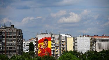 Sebuah mural raksasa begambar bek Spanyol Sergio Ramos terlihat di sebuah bangunan perumahan di Krasnodar, Rusia, Rabu (6/6). Ramos mendapat sambutan hangat di Krasnador. (Pierre-Philippe MARCOU/AFP)