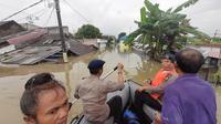 Kepolisian melakukan patroli menggunakan perahu karet ke lokasi banjir di Kota Tangerang, Selasa (4/2/2020). (Pramita Tristiawati/Liputan6.com)