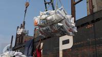Aktivitas penurunan beras impor dari sebuah kapal saat tiba di Pelabuhan Tanjung Priok, Jakarta, Kamis (12/11). Sekitar 27 ribu ton beras tersebut didatangkan dari Vietnam untuk menjaga kestabilan persediaan beras nasional. (Liputan6.com/Angga Yuniar)