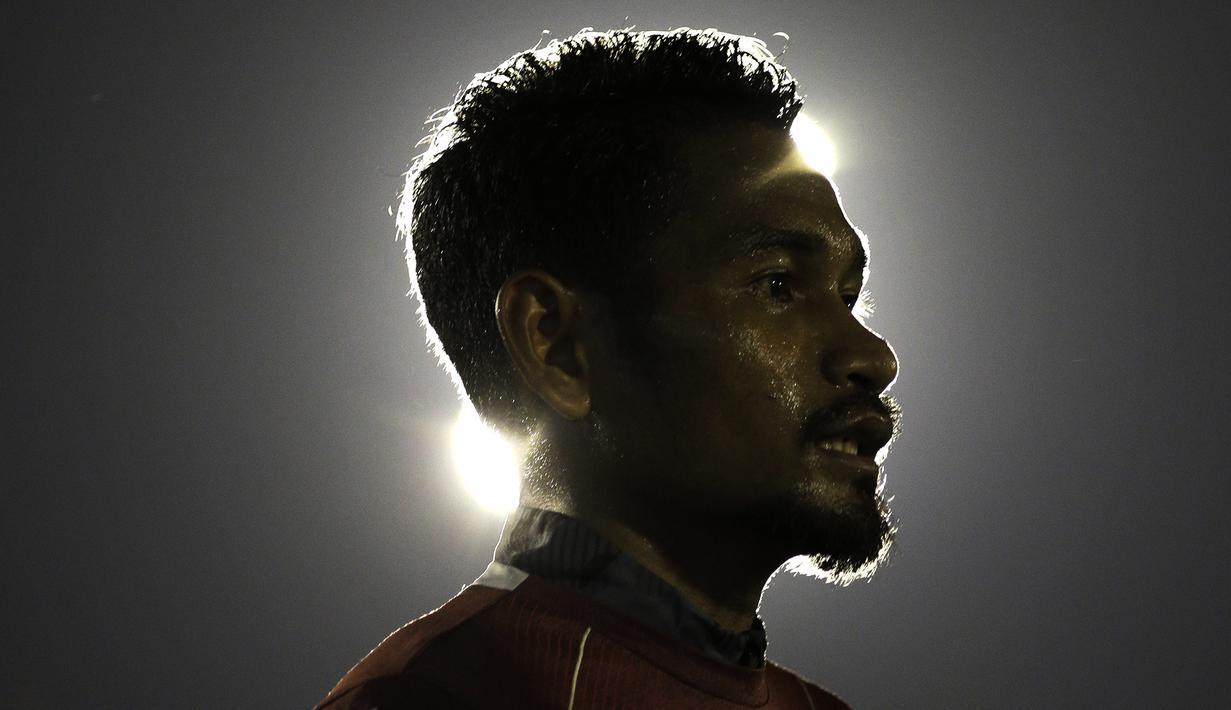 Pemain Persija Jakarta, Ramdani Lestaluhu, mengamati instruksi saat latihan di Lapangan Sutasoma Halim, Jakarta, Jumat (10/5). Latihan ini merupakan persiapan jelang laga Liga 1 Indonesia 2019. (Bola.com/Yoppy Renato)