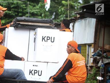 Petugas PPSU mendistribusikan logistik Pemilu 2019 ke wilayah RW di Kelurahan Palmeriam, Kecamatan Matraman, Jakarta, Selasa (16/4). Pendistribusian logistik pemilu 2019 untuk calon presiden dan legislatif sudah mencapai 99 persen dan siap didistribusikan ke setiap TPS. (merdeka.com/Iqbal S Nugroho)