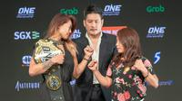 Dua petarung MMA ONE Championship, Angela Lee (kiri) dan Mei Yamaguchi (kanan).