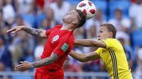 Bek Inggris, Kieran Tripper, duel udara dengan bek Swedia, Ludwig Augustinsson, pada laga perempat final Piala Dunia di Samara Arena, Samara, Sabtu (7/7/2018). Inggris menang 2-0 atas Swedia. (AP/Alastair Grant)