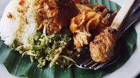 Nasi campur khas Nasi Ayam Kedewatan Ibu Mangku