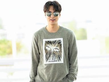 Penampilan Lee Min Ho saat akan melakukan perjalanan dari Seoul menuju Bali terlihat sederhana. Ia mengenakan sweater berwarna abu dengan celana dan sepatu hitam. Min Ho juga hanya menambahkan kacamata hitam sebagai aksesoris tambahan. (Liputan6.com/IG/@koreadispatch)