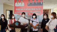 Juru Bicara GPS Pendeta Ruth Kesia Wangkai didampingi Jull Takaliuang Vivi George, dan Joice Worotikan. membacakan tuntutan mereka di kantor DPRD Provinsi Sulut.