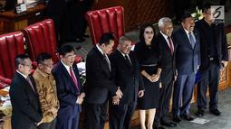 Ketua Pansus Pelindo II Rieke Dyah Pitaloka (empat kanan) berfoto bersama dengan pemimpin DPR saat Rapat Paripurna DPR, Jakarta, Kamis (25/7/2019). Pansus juga merekomendasikan dibatalkannya perpanjangan kontrak antara PT Pelindo II dengan Hutchison Port Holdings (HPH). (Liputan6.com/JohanTallo)