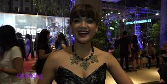 Nirina Zubir hadir di gala premier film Ada Apa Dengan Cinta 2 di Yogyakarta. Mengikuti cerita dari film yang pertama, Nirina pun penasaran dengan akhir cerita dari AADC 2 ini.