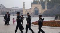 Pasukan keamanan China berjaga di wilayah masjid Raya Id Kah di kota Kashgar, provinsi Xinjiang. (Source: AP)