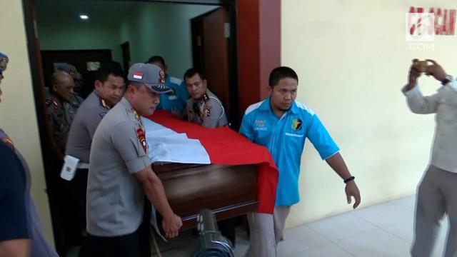 Jenazah polisi yang meninggal karena tertembak di tol Pejagan langsung dibawa keluarga ke Cirabon.