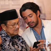Syukuran Kemenangan Reza Rahadian dan Tya Subiakto di Ajang Asia Pacific Film Festival 2017. (Adrian Putra/bintang.com)