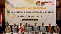 Ketua Komisi Pemilihan Umum Arief Budiman bersama anggotanya menyanyikan lagu Indonesia Raya saat Rekapitulasi Nasional Hasil Verifikasi dan Penetapan Parpol Peserta Pemilu 2019, Jakarta (17/2). (Liputan6.com/JohanTallo)