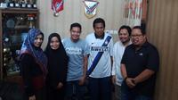 Evan Dimas dan keluarga, manajer Barito Putera, Hasnuryadi Sulaeman, dan Muly Munial (agen Evan Dimas). (Bola.com/Zaidan Nazarul)