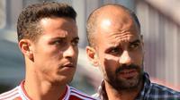Gelandang Bayern Munchen, Thiago Alcantara (kiri) dan pelatih Josep Guardiola (kanan). (AFP/Christof Stache)
