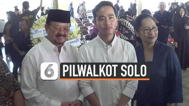 Gibran Rakabuming bertemu dengan Wakil Wali Kota Surakarta Achmad Purnomo. Kebetulan mereka bertemu saat melayat GKR Galuh Kencana, keluarga Keraton Kasunanan Surakarta.