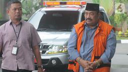 Swasta penyuap Bupati Indramayu Supendi, Carsa AS berjalan akan menjalani pemeriksaan lanjutan di Gedung KPK, Jakarta, Rabu (13/11/2019). Carsa AS diperiksa sebagai saksi untuk tersangka Bupati Indramayu, Supendi mendalami aliran dana suap. (merdeka.com/Dwi Narwoko)