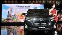 Model berpose di samping New Toyota Avanza saat peluncuran di Jakarta, Selasa (15/1). New Toyota Avanza dan Veloz merupakan model facelift dengan perubahan mencolok di bagian depan supaya tampil lebih stylish dan modern. (Merdeka.com/ Iqbal S Nugroho)