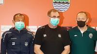 Pelatih Persib, Robert Rene Alberts dan pelatih PSS, Dejan Antonic, kompak mengenakan masker pada sesi konferensi pers, Sabtu (14/3/2020). (Bola.com/Erwin Snaz)