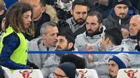 Pemain baru Chelsea, Gonzalo Higuain menyaksikan laga Chelsea vs Tottenham di semifinal kedua Piala Liga Inggris, di Stadion Stamford Bridge, Kamis (24/1). (AFP/Glyn Kirk)