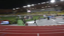 Pelari Uganda Joshua Cheptegei (tengah) diikuti pelari Kenya Kipkorir Kimeli saat final 5.000 meter putra kejuaraan Monaco Diamond League 2020, Stadion Louis II, Monako, Jumat (14/8/2020). Joshua memecahkan rekor dunia lari 5.000 meter dengan catatan waktu 12:35,36. (AP Photo Daniel Cole, Pool)