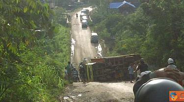 Citizen6, Samarinda: Truk pengangkut kelapa sawit terguling di Desa Sebulu, Kutai Kartanegara, Jumat (30/4). (Pengirim: One Reload)
