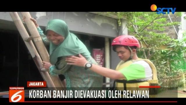 Dengan menggunakan perahu karet, sang nenek nekat menembus banjir untuk sampai ke Posyandu Bidaracina, Jatinegara.