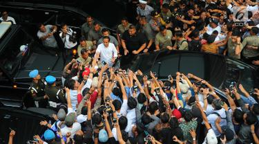 Capres  01 Joko Widodo saat menyapa para pendukungnya di Jakarta, Rabu (17/4). Meskipun Jokowi-Ma'ruf unggul dalam hitungan cepat namun Jokowi meminta para pendukungnya tetap menunggu penghitungan resmi KPU atas hasil perolehan suara Pilpres 2019. (Liputan6.com/Angga Yuniar)