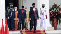 Presiden Joko Widodo atau Jokowi (kedua kanan) didampingi Wakil Presiden Ma'ruf Amin saat mengikuti upacara HUT ke-76 TNI di halaman Istana Merdeka, Jakarta, Selasa (5/10/2021). (Foto: Istana Kepresidenan)