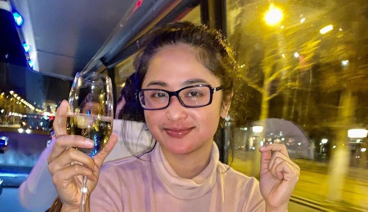 Dewi Perssik tampak percaya diri tampil dengan kacamata. Tanpa makeup tebal Dewi kerap membagikan momen bersantainya di media sosial. (Liputan6.com/IG/@dewiperssikreal)