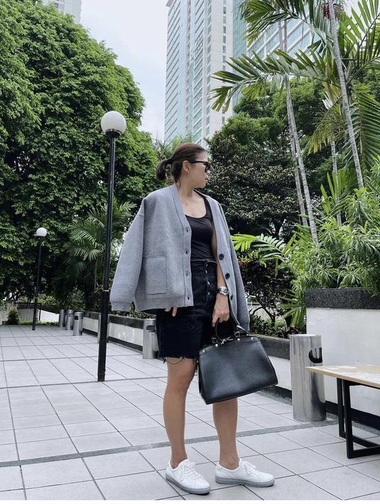 Greysia tempak kasual mengenakan pakaian monokrom, dari jaketnya berwarna abu-abu, inner tanktop hitam. Dan short pants hitamnya. Bahkan ia mengenakan aksesori handbag hitam, sungless, dan sneakers putih. Dok. Instagram @greyspolii