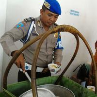 Seorang polisi membagikan soto gratis kepada masyarakat setiap hari Jumat. | Sumber Foto: ASYHAR/JATENGPOS