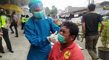 Satgas Penanganan Covid-19 Kota Bogor menggelar rapid test antigen secara acak kepada para juru parkir dan pedagang Pasar Kebon Kembang.