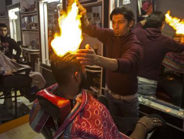 20170201-Tukang Cukur Ini Potong Rambut Pakai Api-Jalur Gaza