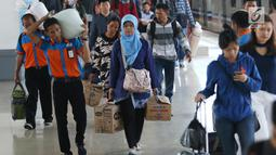 Ratusan penumpang berjalan menuju pintu keluar di Stasiun Senen, Jakarta, Rabu (28/6). Diperkirakan sekitar 22 ribu penumpang akan tiba di Stasiun Pasar Senen pada hari ini, Rabu 28 Juni 2017 atau H+3 lebaran. (Liputan6.com/Angga Yuniar)