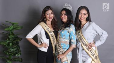 Miss Grand Indonesia 2019 Sarlin Jones (tengah) bersama runner up 1 Cindy Yuliani (kiri) dan runner up 2 Gabriella Hutahaean (kanan) berpose di Kantor KLY, Jakarta, Selasa (3/9/2019). Miss Grand Indonesia 2019 diikuti 34 finalis dari seluruh provinsi di Tanah Air. (Liputan6.com/Herman Zakharia)