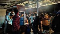 Pemilik warung dan kafe di kawasan Puncak  Bogor kedapatan masih beroperasi meski melewati jam operasional. (Achmad Sudarno/Liputan6.com)