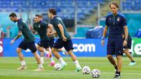 Pelatih Italia Roberto Mancini (kanan) melihat para pemainnya berolahraga selama sesi latihan jelang melawan Turki pada pertandingan grup A Euro 2020 di Olympic Stadium, Roma, Italia, Kamis (10/6/2021). Italia akan melawan Turki pada  11 Juni 2021 waktu setempat. (AP Photo/Alessandra Tarantino)