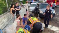 Seorang perempuan membantu korban kecelakaan mobil saat masih mengenakan gaun pengantin (Dok. Facebook/Calvin Taylor)