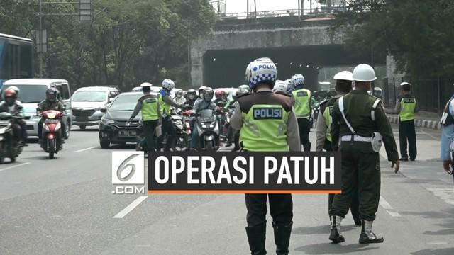 Pengendara sepeda motor melarikan diri dan mengecoh petugas saat razia operasi Patuh Jaya di Jakarta Timur. Meski demikian polisi telah mencatat identitas motor pengendara. Dalam operasi patuh Polres Jaktim menilang 7.000 pelanggar lalu lintas.