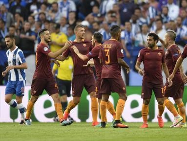 Pemain AS Roma, merayakan gol saat melawan FC Porto pada leg pertama  playoff Liga Champions 2016-2017 di Estadio Do Dragao, Kamis (18/8/2016) dini hari WIB. (AFP/Miguel Riopa)