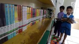 Anak-anak membaca buku di RPTRA Madusela, Jakarta, Senin (12/11). Pemkot DKI Jakarta menghentikan pembangunan RPTRA akan tahun 2019, pembangunan sebagian RPTRA menggunakan dana APBD DKI dan hanya dianggarkan sampai APBD 2018. (Liputan6.comm/Johan Tallo)