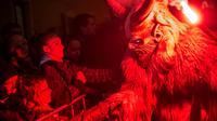 Tradisi Natal di sejumlah kawasan Eropa Timur bukan hanya menghadirkan Santa Claus yang baik hati, tapi juga sejumlah mahluk jahanam.
