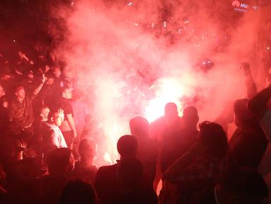 Polisi menembakkan gas air mata membubarkan pengunjuk rasa yang marah dengan pemberlakuan kembali jam malam Covid-19 pada akhir pekan di depan gedung Majelis Nasional di Beograd, Selasa (7/7/2020). Demonstran meneriakkan agar Presiden Serbia Aleksandar Vucic mengundurkan diri. (OLIVER BUNIC/AFP)