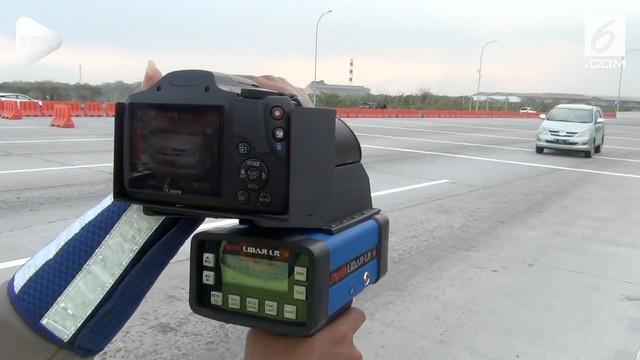 Jalan tol di Jawa Timur kini dilengkapi dengan alat pencatat kecepatan atau speed gun. Alat ini berguna untuk menindak para pelanggar.