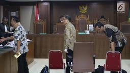 Terdakwa dugaan suap fungsi pengawasan anggota DPRD Kalimantan Tengah, Edy Saputra Suradja, Willy Agung dan Teguh Dudy Syamsuri Zaldy (kiri ke kanan) usai sidang lanjutan di Pengadilan Tipikor, Jakarta, Rabu (13/2). (Liputan6.com/Helmi Fithriansyah)