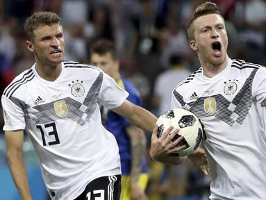 Gelandang Jerman, Marco Reus, merayakan gol ke gawang Swedia pada laga grup F Piala Dunia di Stadion Fisht, Sochi, Sabtu (23/6/2018). Jerman menang 2-1 atas Swedia. (AP/Thanassis Stavrakis)