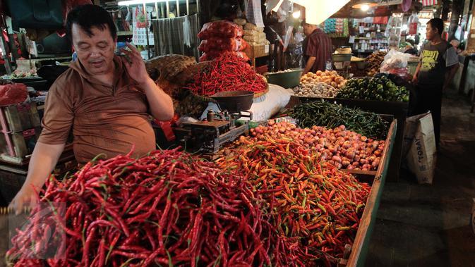 Pedagang saat berjualan di pasar, Jakarta, Senin (20/2). Kementan tidak akan mengambil langkah untuk mengimpor cabe dan bawang. Walau pun saat ini, harga cabe dan bawang mengalami keniakan. (/Angga Yunair)