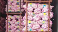 Tim Satgas Pangan yang melakukan inspeksi mendadak (sidak), pada Rabu (12/2/2020), menemukan penimbunan 150 ton bawang putih di sebuah gudang importir di Karawang Timur. (Liputan6.com/ Abramena)