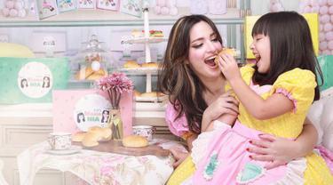 Dalam rangka memperingati Hari Ibu,  Nia Ramadhani dan Mikhayla Zalindra Bakrie berdandan bak baker alias tukang roti. Dengan nuansa warna kuning dan merah jambu, Nia dan Mikhayla terlihat sumringah dalam jepretan foto. (Liputan6.com/Instagram/@ramadhaniabakrie)